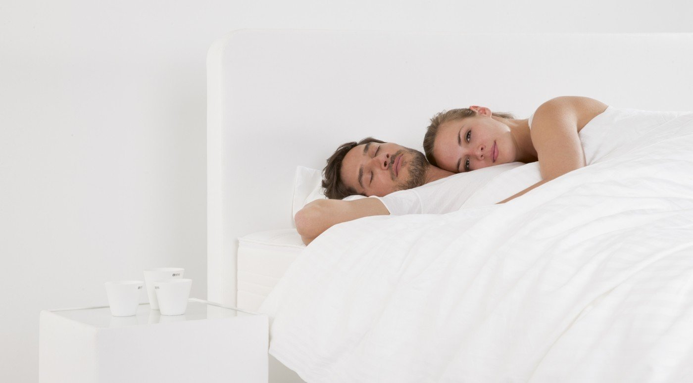 weißes-hotelboxspringbett-nachttisch